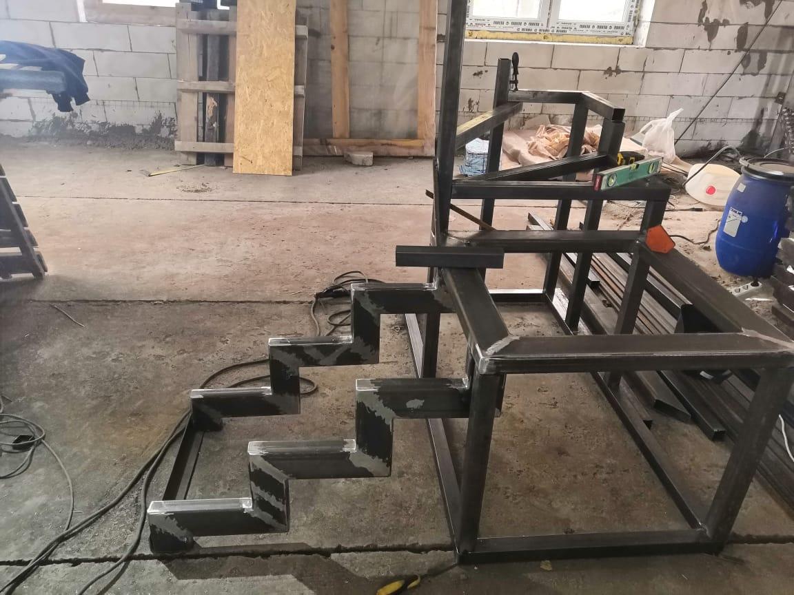 В работе — изготовление лестницы на второй этаж ТЦ