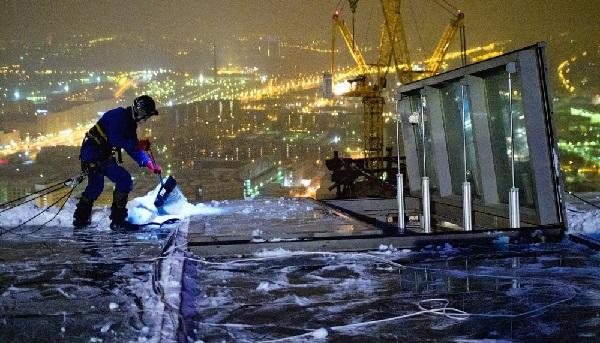 уборка снега и льда москва трактор нанять людей человек лопата убрать снег